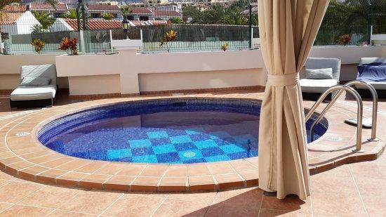 Flamingo Suites: Наш бассейн с подогревом!