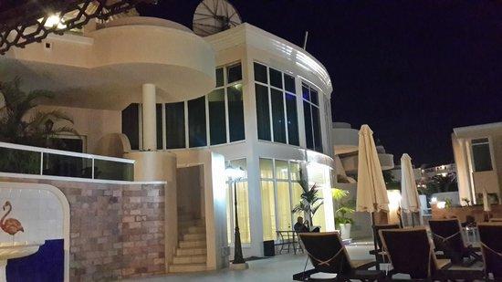 Flamingo Suites: Отель вечером.