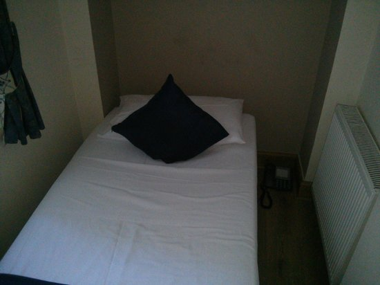 Oxford Hotel London : Smallest room ever..