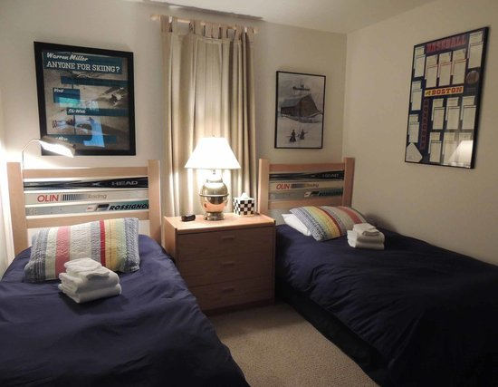 The Bridges Family Resort & Tennis Club: Unit 13: twin ski beds