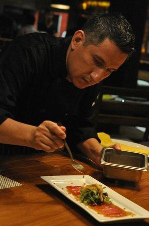Lima 12 05 Peruvian Cuisine & Steak House : Nuestro Chef Carlo Zorrilla haciendo un tiradito de atun.