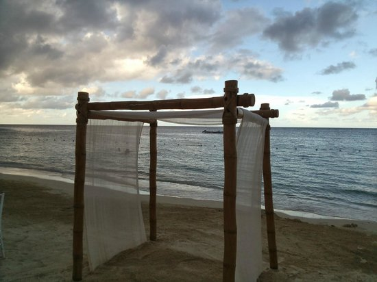 Beaches Ocho Rios Resort & Golf Club: The pefect day for a wedding on the beach!