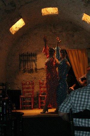 Arte y Sabores de Córdoba: Sisters dancing 'in sinc' ole...con...OLE