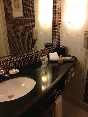 Renaissance Shanghai Yangtze Hotel: Guest Bath