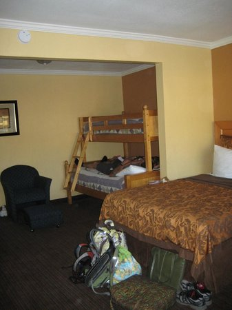 Anaheim Islander Inn and Suites : The bunk bed to the side