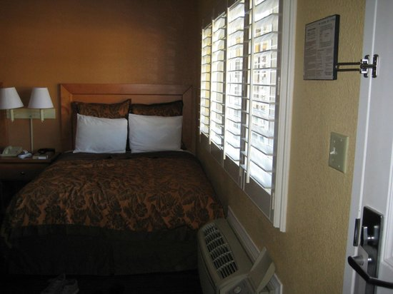 Anaheim Islander Inn and Suites: Bed near wall