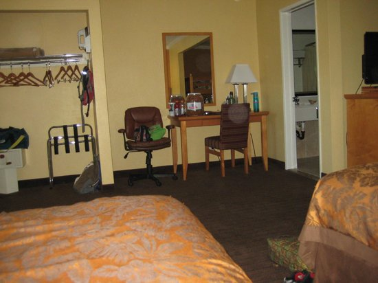 Anaheim Islander Inn and Suites: Desk, bathroom