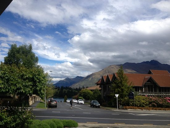 Millennium Hotel Queenstown: view to the lake from the front door