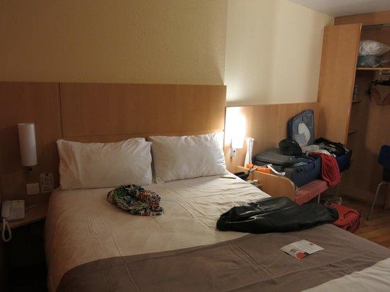 Ibis Avignon Centre Pont de l'Europe : The clean but tiny bedroom