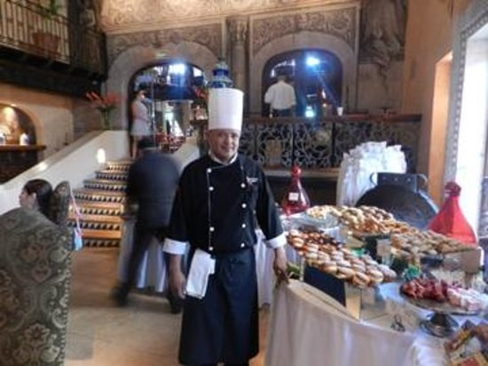Tropicana Inn: The cooks seem proud and professional at the Sunday brunch
