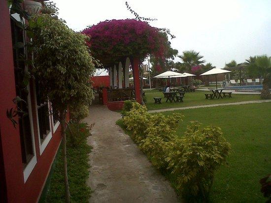 La Estancia Chincha : Vista interna el Hotel desde la recepción /zona de piscina