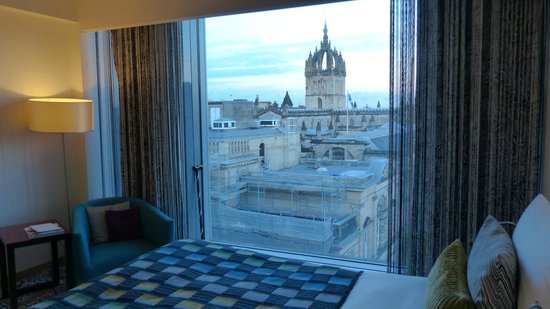 G&V Royal Mile Hotel Edinburgh: A view over rooftops to St. Giles Cathedral from Room 402