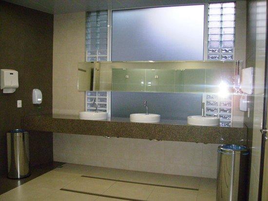 Recanto Cataratas Thermas Resort & Convention: baño del area de la pileta