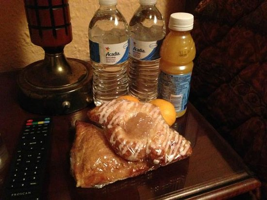 The Massad House Hotel: Drinks and pastries in runners' rooms!