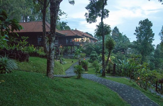 Melanting Cottages & Restaurant: The path leading to a cottage and dining area