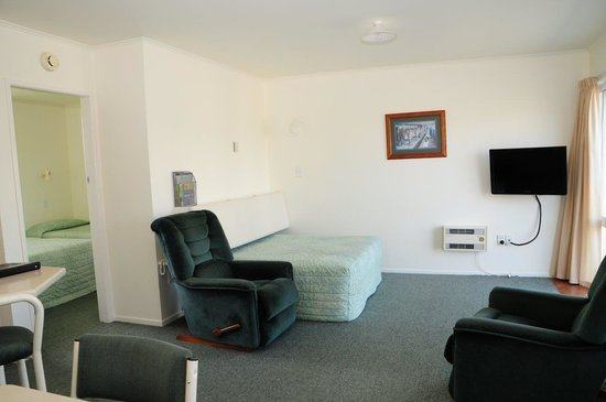 Avon Motel : ONE BEDROOM UNIT LIVING AREA QUEEN AND SINGLE WITH DOUBLE AND SINGLE BED IN BEDROOM, FULL KITCHE