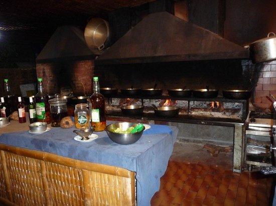 La Marmite - Restaurant Creole: Le coin des marmites sur le feu