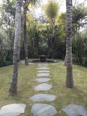 RedDoor Bali: Walkway from the front door into the villa