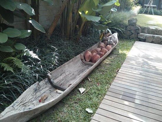 RedDoor Bali: Random decorations in the garden