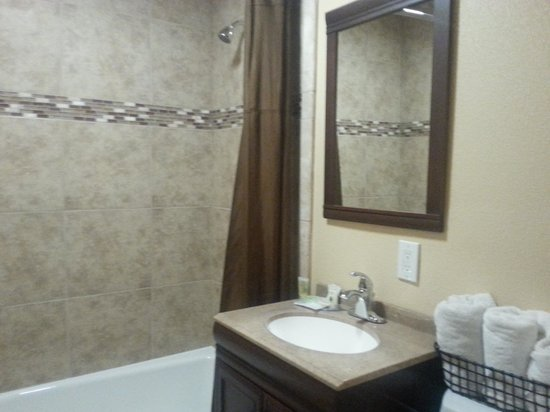 Marina Inn and  Suites: awesome bathroom