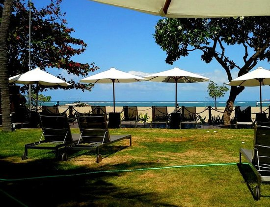 Holiday Inn Resort Baruna Bali: Looking to the ocean with your back to the pool.