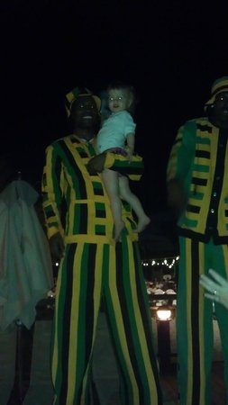 Beaches Negril Resort & Spa: Staff on stilts with my daughter