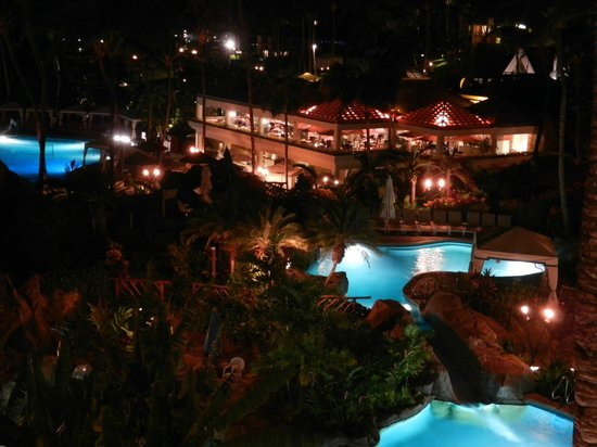 Grand Wailea - A Waldorf Astoria Resort: A few pools and Molokini Bistro at night
