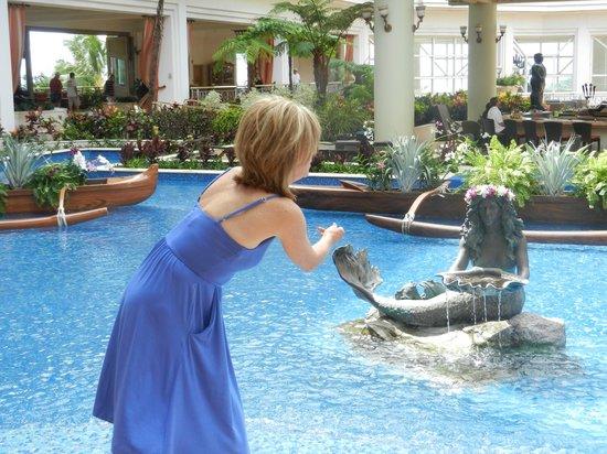 Grand Wailea - A Waldorf Astoria Resort: Sue and her mermaid friend