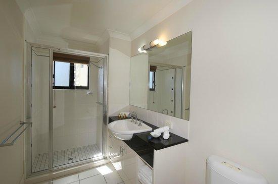 Jack & Newell Cairns Holiday Apartments: Bathroom