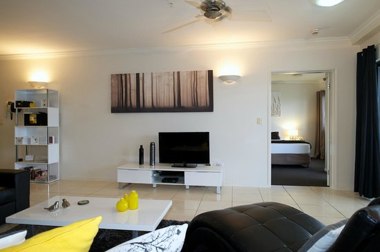 Jack & Newell Cairns Holiday Apartments: Lounge & living area