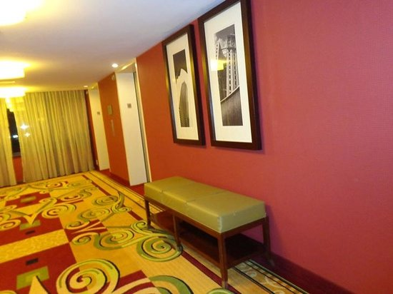 Atlanta Airport Marriott: hall outside elevator