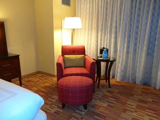 Atlanta Airport Marriott: easy chair in room