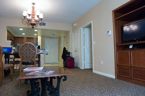 Hilton Grand Vacations at Tuscany Village: Door to bedroom and dining room