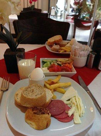 Raymond Blue Hotel : カフェテリアでの朝食。