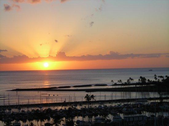 Ilikai Hotel & Luxury Suites: Every night.......a gorgeous sunset!