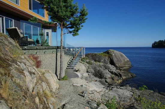 The Pointhouse at Sargeant Bay: Side view. Steps lead to new dock access