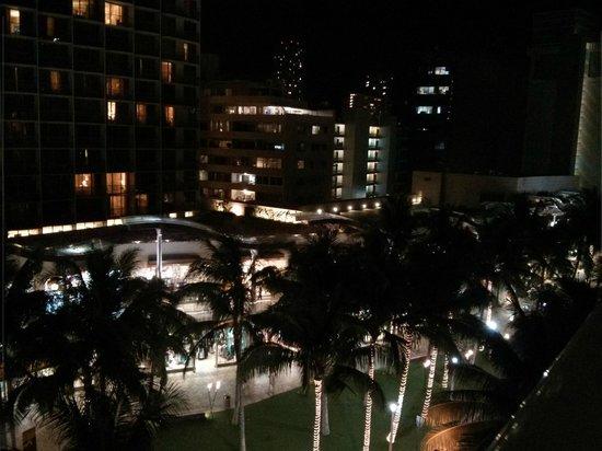 Wyndham at Waikiki Beach Walk: beachwalk at night