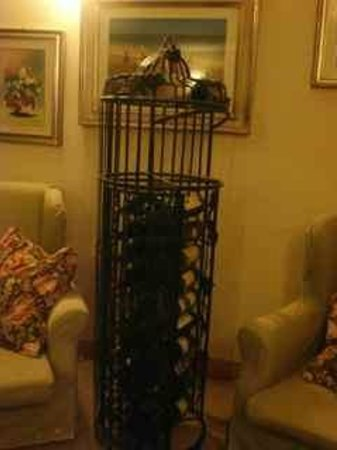 Agriturismo Il Corbezzolo: Cylindrical wrought iron wine rack in the lounge