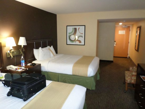 Holiday Inn Hotel & Suites Anaheim (1 BLK/Disneyland): 2 queen bed room