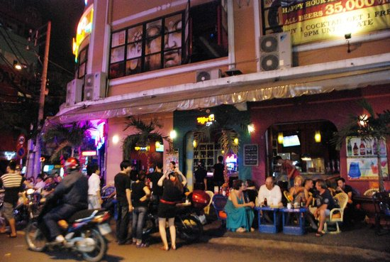 Bich Duyen Hotel: Bar at Bui Vien street, many foreigners