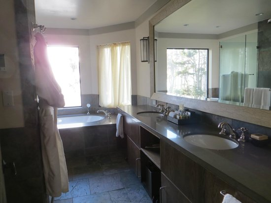 Heritage House Resort: Gorgeous slate bathroom w/heated floor & oceanfront view