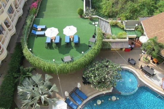 Palmyra Patong Resort: Swimming Pool and Sun Bath Area