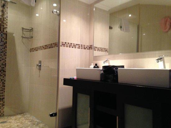 Rawdons Hotel & Estate: Double basin and rain shower head in fully renovated bathroom