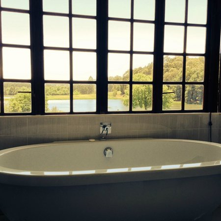 Rawdons Hotel & Estate: Free standing bath with views of the dam