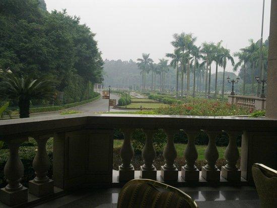 Fontainebleau Hotel: Breakfast on open terrace