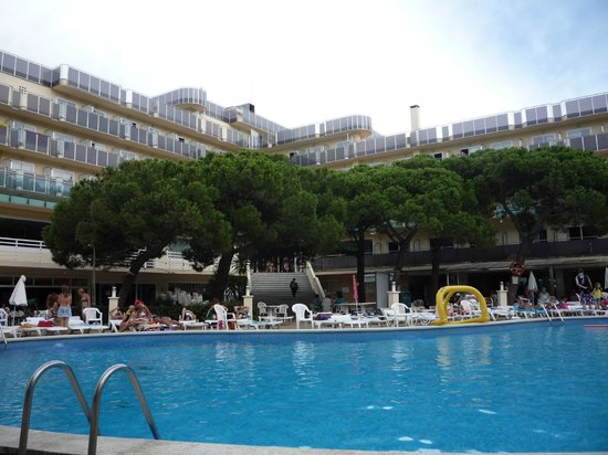 Best Cap Salou : Вид на отель со стороны бассейна.