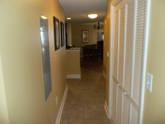 Anderson Ocean Club & Spa, Oceana Resorts: Hallway leading to kitchen, dining and living rooms
