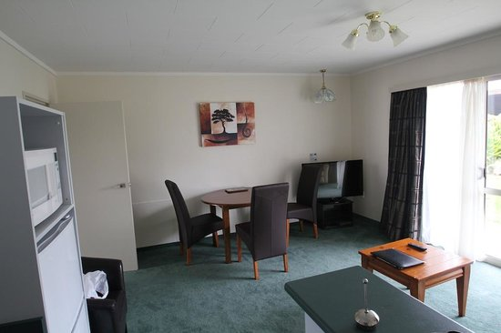 Fiordland Lakeview Motel and Apartments : Kitchen / Dining 1