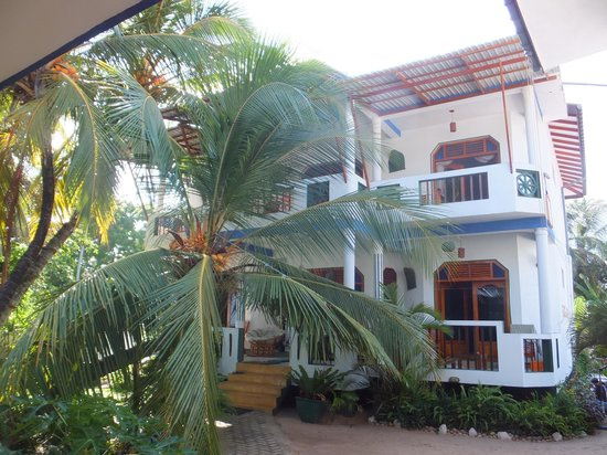 Hotel Frangipani Beach Villas : View of hotel from the beach