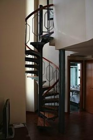 NH Valencia Las Artes: Spiral staircase junior suite room 1201